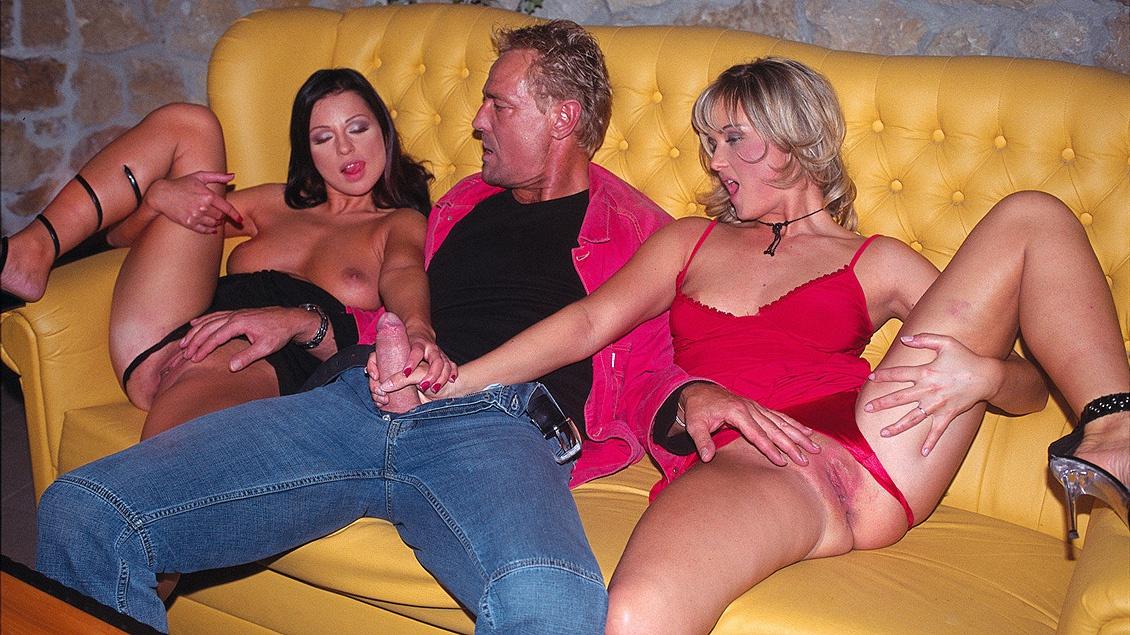 Nikki Montana et Tera Bond se masturbent pendant qu'un bite est au fond de leur cul