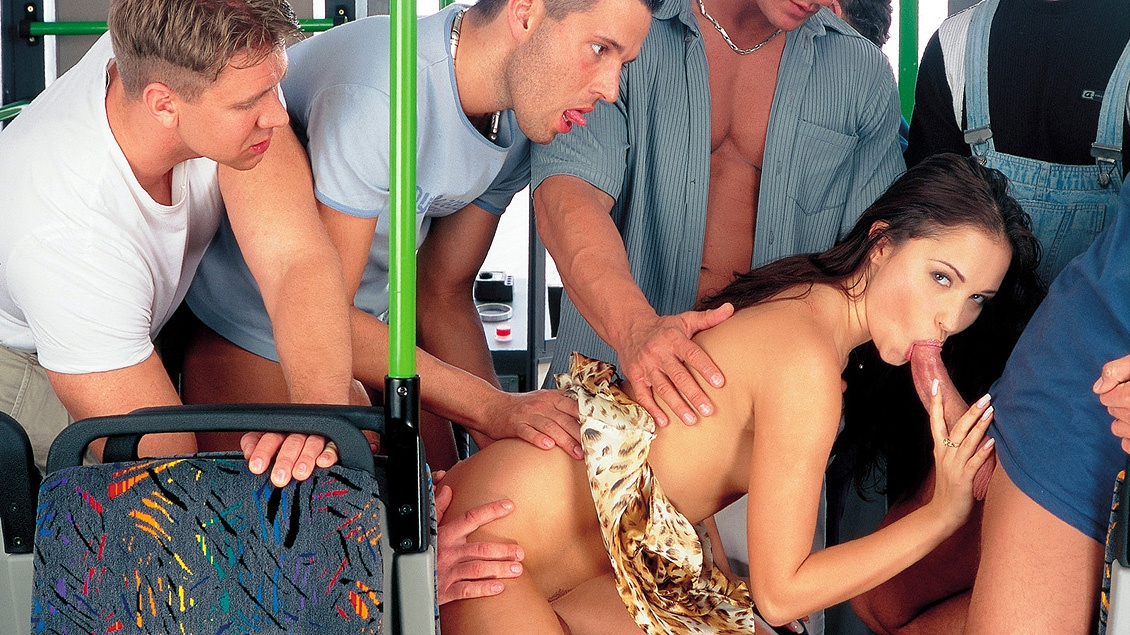 Смотреть онлайн соблазнил в автобусе и трахнул в толпе
