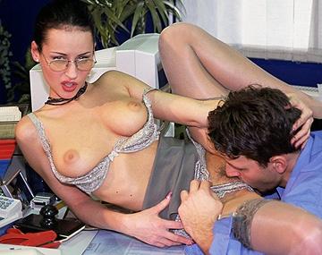 Private porn video: Heißer Sex im Büro - Michelle lässt sich von ihrem Kollegen heftig in den Arsch ficken