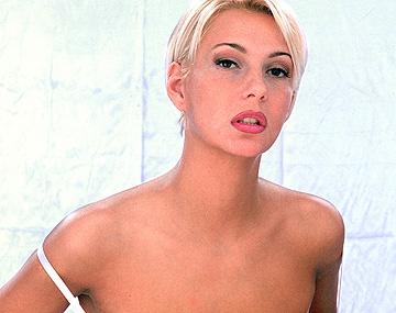 Private  porn video: Carmen, con lencería fina para unas fotos, le hicieron un DP dos tipos que se pusieron como motos