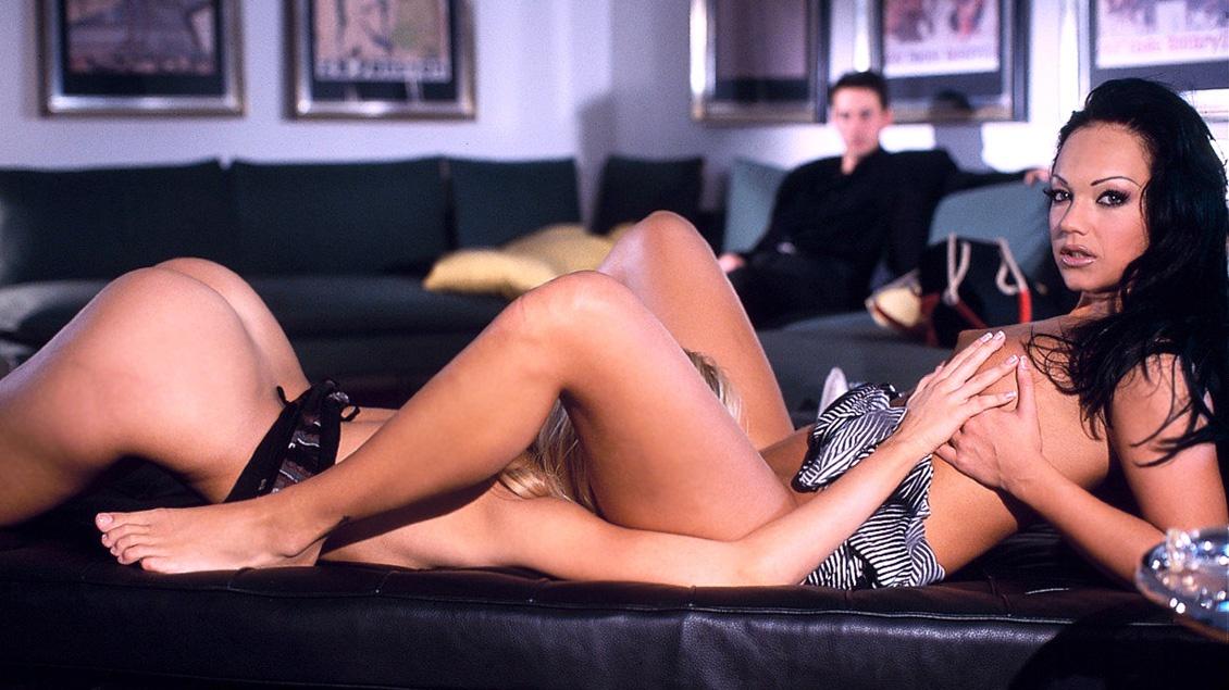 Die Bisexuellen Erika Fire und Sandy blasen einen Schwanz und stecken sich einen Dildo in ihre Muschis