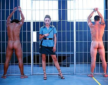 Private  porn video: Alexa May is een cipier die haar gevangene een lesje leert