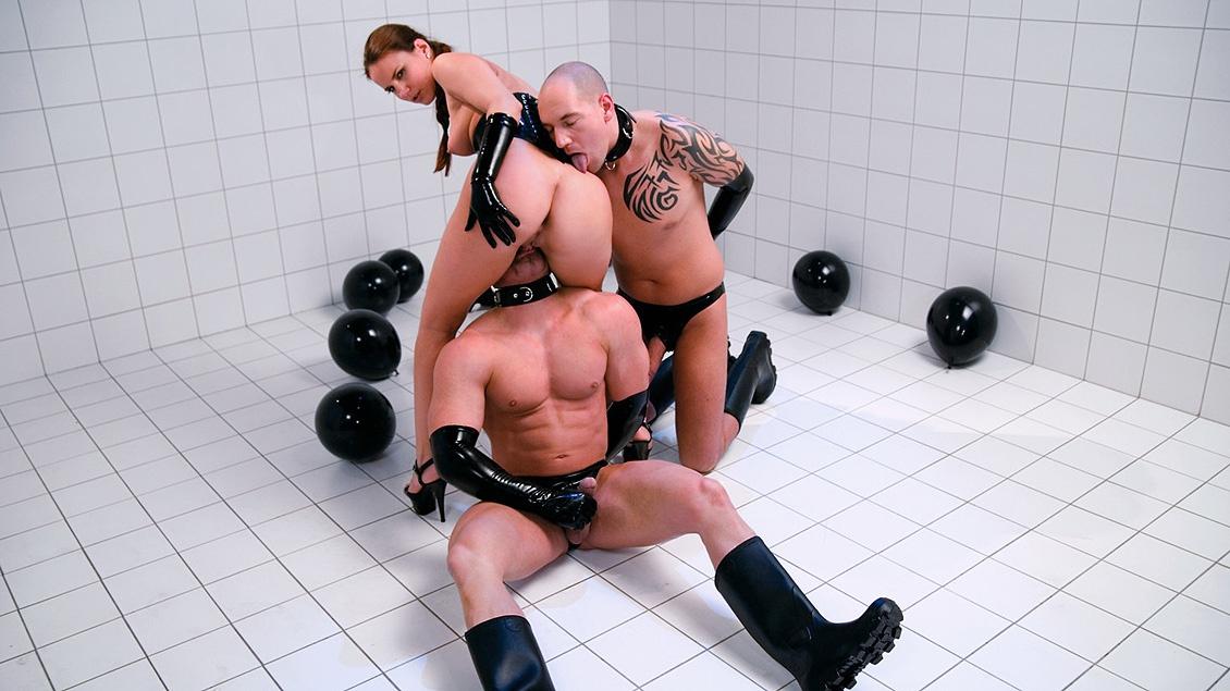 Holly masturbiert während ein älterer Herr Ihr den Arsch durchfickt