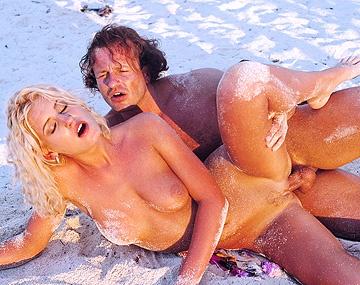 Private  porn video: Zelfs met zand op de verkeerde plaatsen laat Christina toch haar kontje neuken
