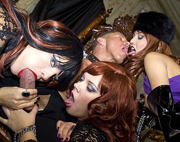 Private  porn video: Ellen Saint, Julie Silver en Lucy Love zuigen aan lul en worden geneukt in een FFFM kwartet