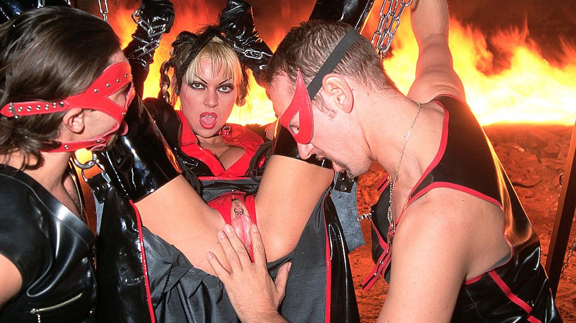 Enchaînées et baisées en tenue de cuir dans une cave
