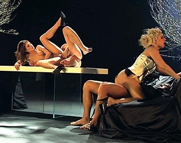 Private HD porn video: Antes de la función Daria y Leony relajan la raja