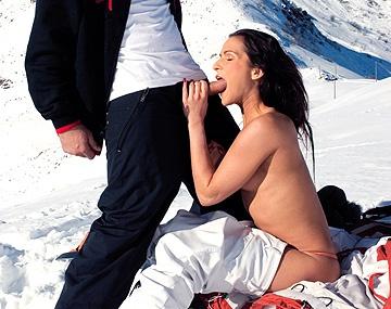 Private HD porn video: En la montaña nevada Sunny Jay evita la hipotermia metiéndose una verga caliente por la entrepierna