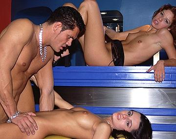 Private  porn video: Francesca und die geile Gaby werden in einem Club bis aufs äußerste durchgefickt