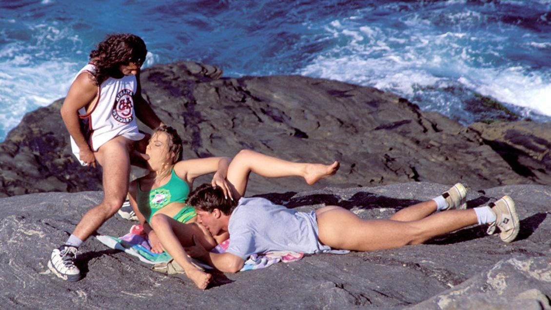 Lydia bekommt beide Löcher von zwei geilen Schwänzen gestopft auf einer tropischen Insel