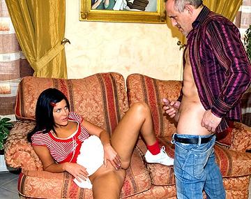 Private  porn video: La jovencita Madison le enseña a este madurito su capacidad bucal