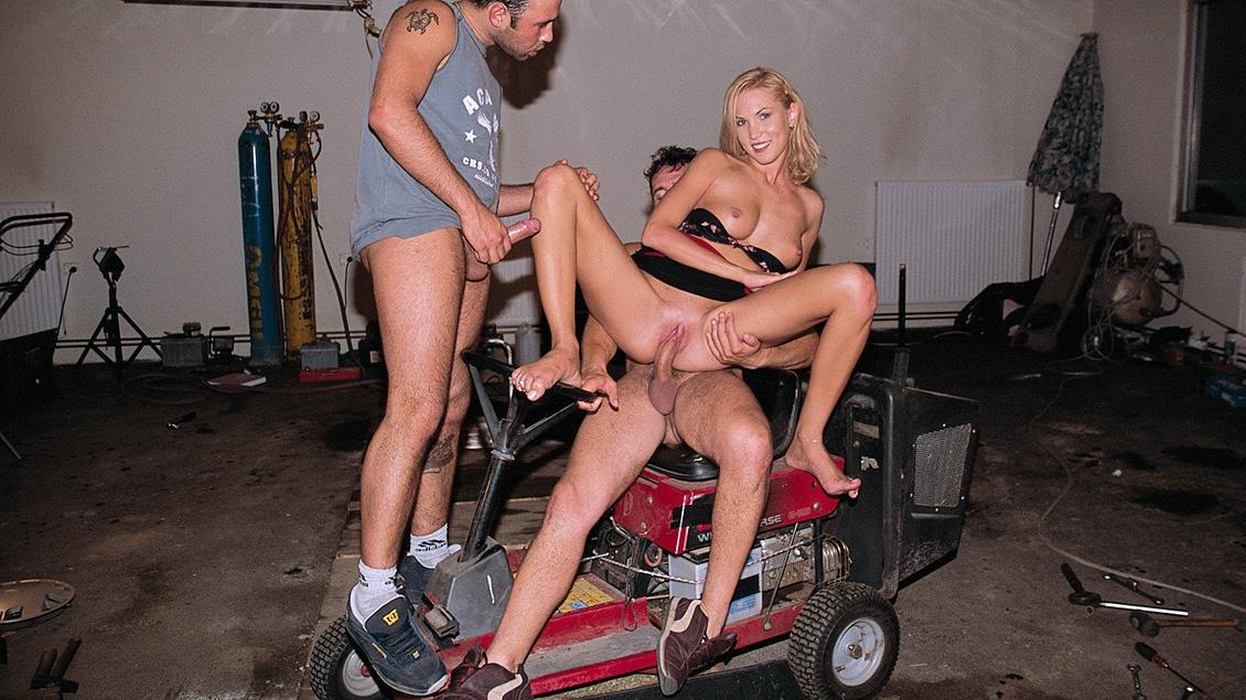 смотреть онлайн групповой секс в гараже