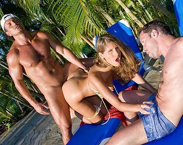 Private  porn video: Dans les caraïbes, Jennifer Stone se prend deux bites dans le cul!