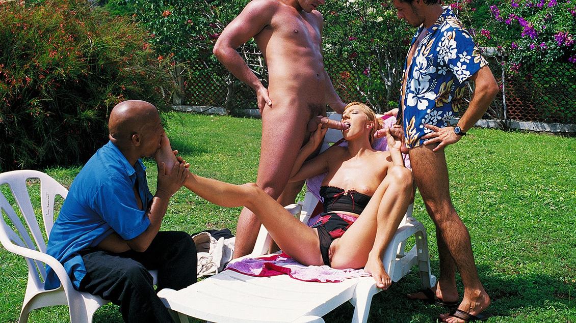 En el jardín con un voyeur lamepiés mirando, Janet Alfano hace un DP de lo más marrano