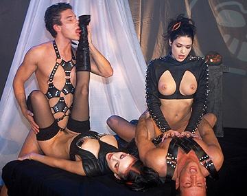 Private porn video: Zwei heiße Schlampen tauschen nach einem Vierer Sperma aus