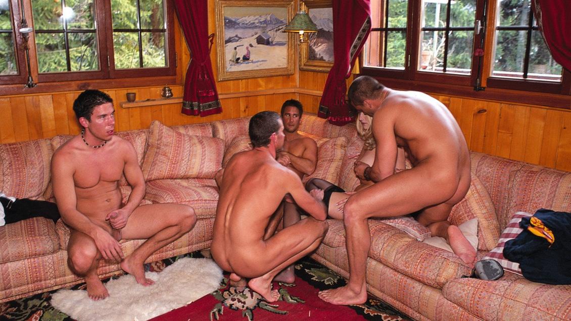 Blondes Luder lässt sich bei Gruppensex-Orgie von drei Schwänzen hart und tief ficken