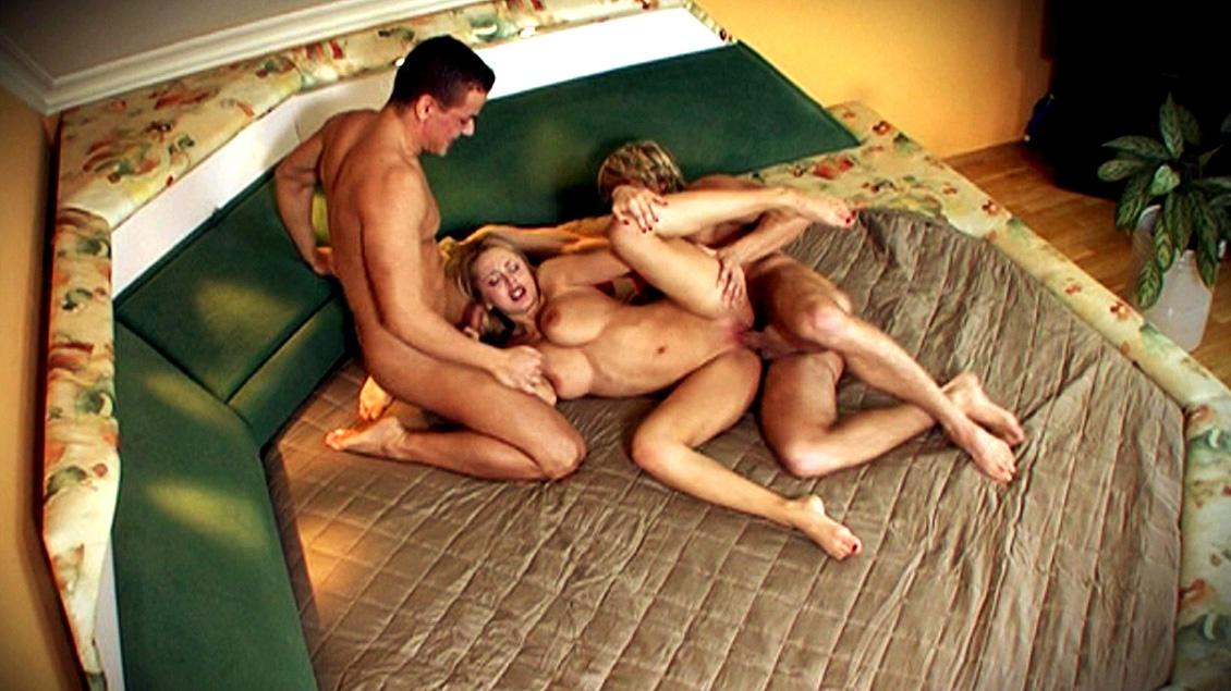 Ebony Amateur Threesome Anal