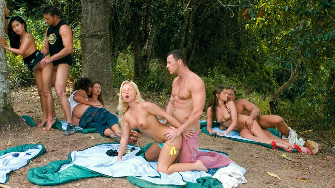 Sharka, Claudia, Gilda en Priva hebben een orgie met DP's, blowjobs en facials