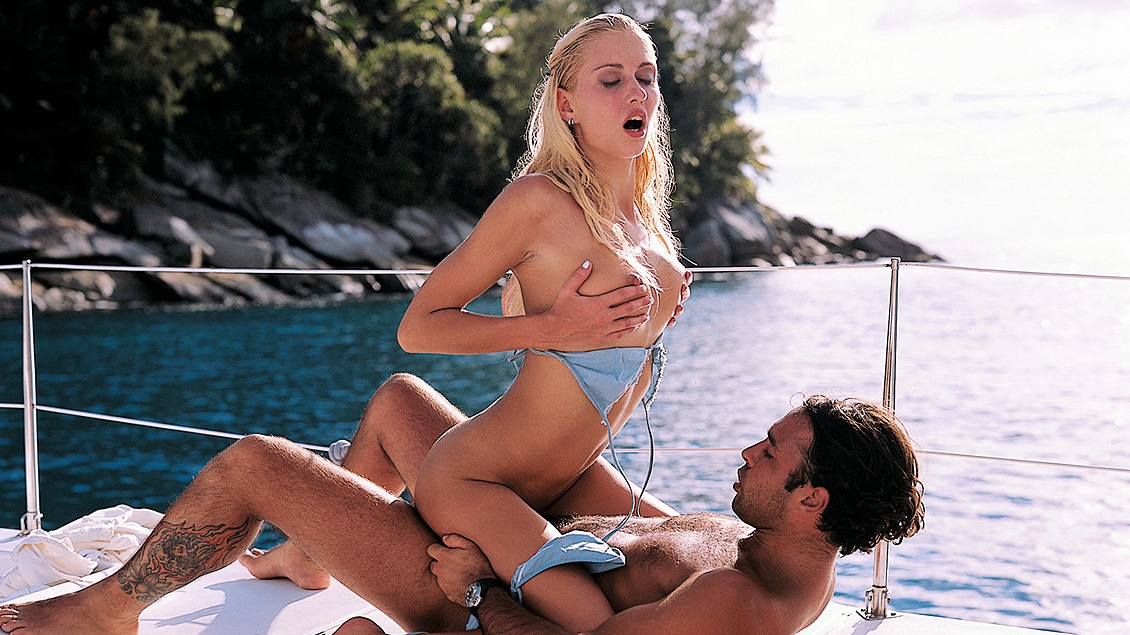 Julie verleidt Greg tijdens een zeiltochtje in de tropen