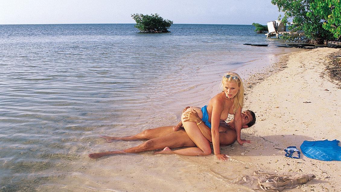 gros cul a la plage elle avale beaucoup de sperme