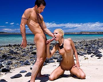 Private HD porn video: Boroka Balls, rubia, sexy y adolescente en la playa de Madagascar, va rasurada y no para de follar