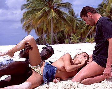 Private  porn video: Alicia en la playa con un blanco y un negro quiere un DP interracial y en la boca algún reintegro