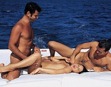Private  porn video: Cristina Bella bei Bootsausflug von zwei Kerlen anal gefickt