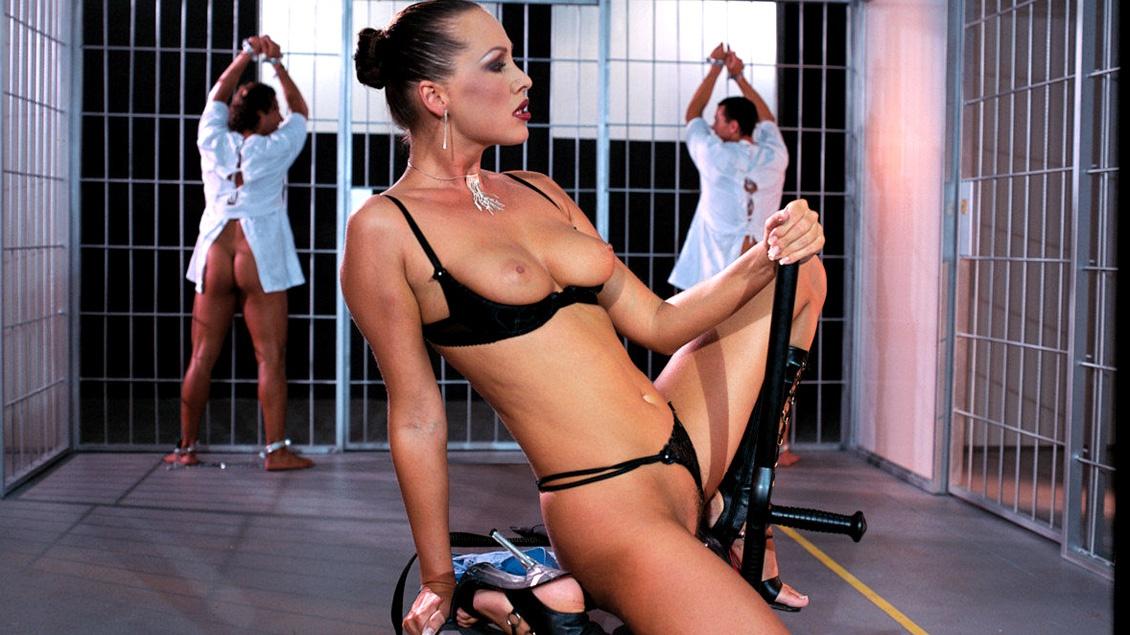 Mandy Bright en Nika spelen met de pikken van hun gevangenen