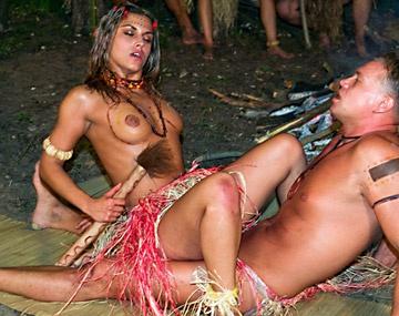 Private  porn video: Sarah James, rebelde primitiva  practica un ritual en que todo el mundo ve como le parten el ojal