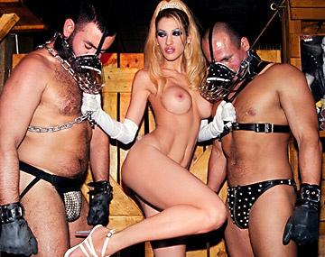 Private  porn video: Celia Blanco en un salón fetichista chupa y se masturba rodeada de adictos al mundo esclavista