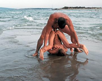 Private  porn video: En Ibiza sobre el agua salina Cayenne le da gusto a su vagina