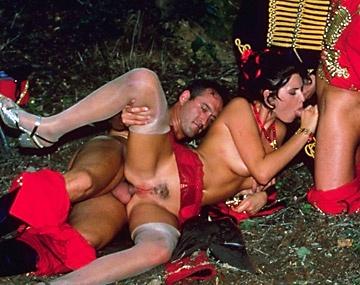 Private  porn video: Myrka pijpt enthousiast drie pikken
