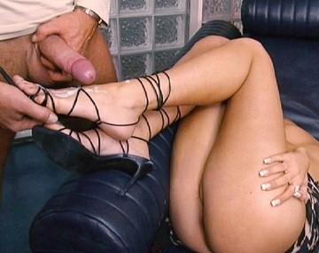 Private  porn video: Vanessa Hill se fait gicler sur les pieds après une grosse pipe!