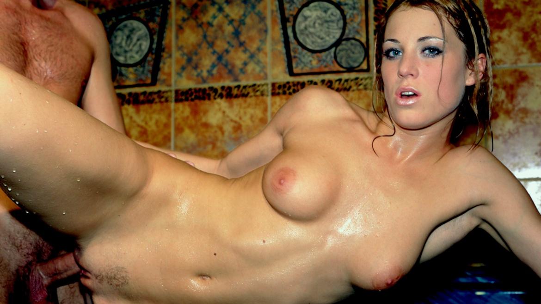 Lynn Stone se relaja follando en el jacuzzi