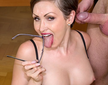 Private HD porn video: Australianische Milf Yasmine Scott bekommt Sperma auf die Sekretär Brille