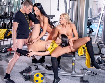 Private HD porn video: Lady Dee, Anna Rose und Krty Sky ficken ihren Trainer