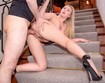 Private HD porn video: Amber Deen, MILF blonde baisée dans un escalier