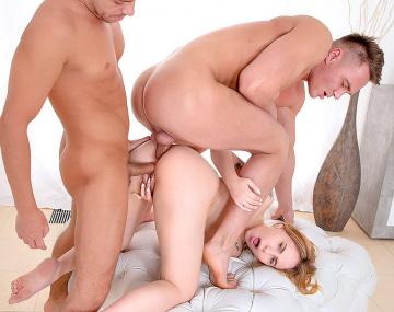 Private HD porn video: Bella Mur nimmt zwei