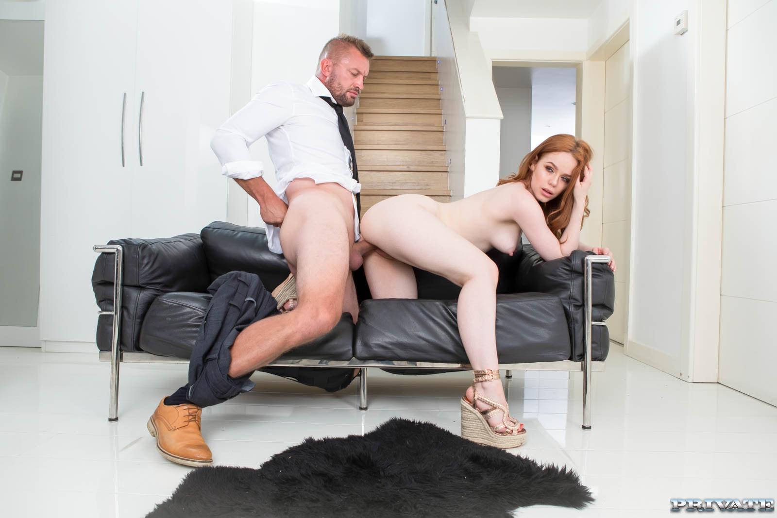 Ella Hughes ruiva gostosa traiu o marido - Só Pornô
